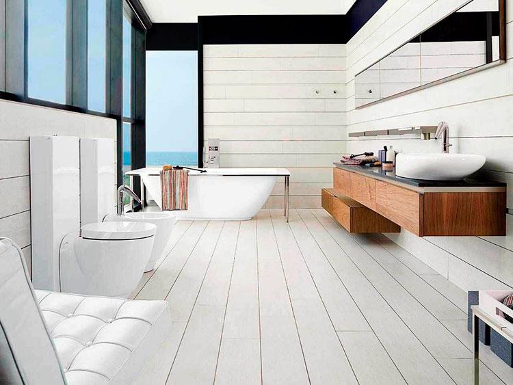 Просторная ванная комната в светлых тонах